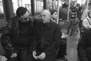 Jorge Mario Bergoglio en discussion avec un passager dans le métro de Buenos Aires