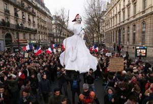 La Liberté coiffée du bonnet phrygien dans les rues de Paris dimanche : idole païenne à laquelle des hécatombes de victimes ont été sacrifiées.