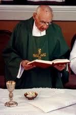 Une photo très rare de von Balthasar revêtu des ornements de prêtre célébrant la messe. Il préférait les débats et les vêtements laïcs.