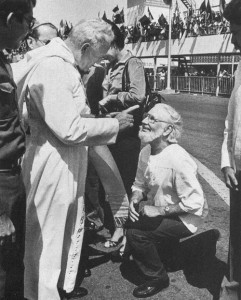 Jean-Paul II lors d'un voyage en Amérique Latine sermonnant publiquement Ernesto Cardenal, prêtre, ministre et défenseur de la théologie de la libération... à main armée