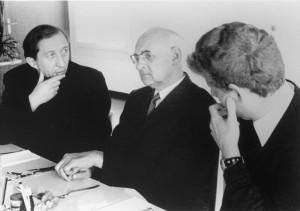 Avec le père Luigi Giussiani et, de dos, le futur cardinal Angelo Scola