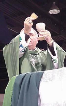 Un prêtre célébrant la messe avec des chips